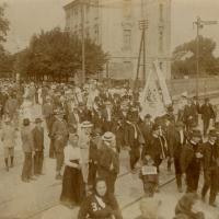 Az 1913-as dalosünnepély közönsége a Kossuth Lajos utcában
