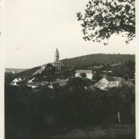Bánfalvi látkép a Mennyek Királynője-templommal
