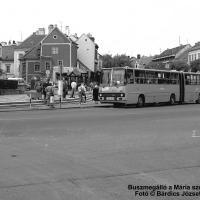 Buszmegálló a Mária-szobornál