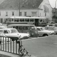 Az Ünnepi Hetek látogatóinak autói és autóbusza