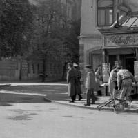 Utcakép a Várkerületen az Előkapunál 1957-ben
