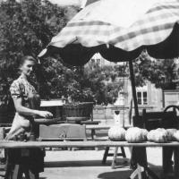 1957-58. A Kisvárkerületi piac. A képen Horváth Józsefné Gróf Anna (Annus néni) látható. (Az eredeti kép tulajdonosa és beküldője  leánya: Kanitsch Emilné Horváth Mária, a fotós ismeretlen)