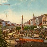 A Mária szobornál lévő piacról készült egykori színes képeslap.  A képeslap a Gyűrű-féle gyűjtemény része. (a Gyűrű-féle gyűjtemény digitális változata Tarcsai Máriánál is megvan, a digitalizálást személyesen készítette)