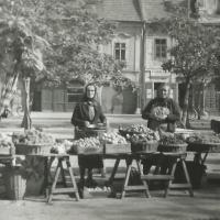 1957-1959. Piaci eladók a Kisvárkerületen. A baloldali árus Gróf Istvánné, a kép beküldőjének anyai nagymamája (az eredeti kép tulajdonosa és beküldője Kanitsch Emilné Horváth Mária, a fotós ismeretlen)
