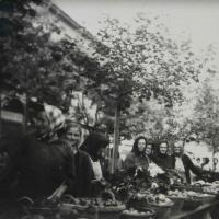 Piac a Kisvárkerületen az 1950-es években. Az eladók között id. Schuh Mátyásné és Raffensperger Mihályné (leánykori neve: Friedl) is látható. (Az eredeti fénykép tulajdonosa és beküldője Horváth Ferencné Schuh Vera, a fotós ismeretlen)