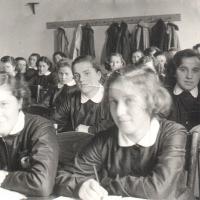 1955. Osztályterem és kötelező iskolai viselet