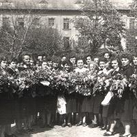 1956. Ballagás után az iskola udvarán
