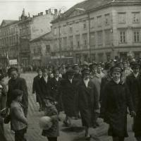 1958. Május 1. felvonulás kék tányérsapkában