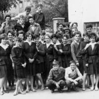 1963. Osztálykép az iskola udvarán 1.