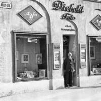 Diebold Károly a műterme előtt 1940 körül