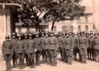 Katonák a Ferenc József laktanya udvarán