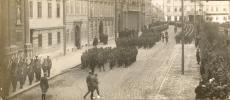 Katonák bevonulása a Széchenyi térre